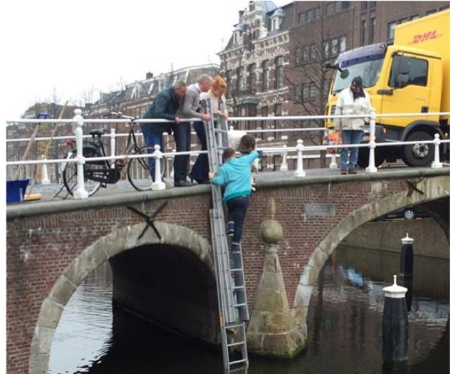 De helden van team Maters & Hermsen aan de Herengracht in Leiden (foto Maters & Hermsen)